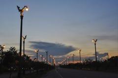 Mooie zonsondergang met mooie straat in Thailand Stock Foto