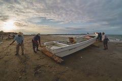 Mooie zonsondergang met oude fishermans en zijn boot Stock Foto