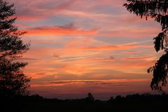 Mooie zonsondergang met rode wolken op een kalme avond Het weer van Nice Royalty-vrije Stock Foto's