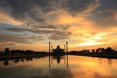Mooie zonsondergang met silhouetmoskee Stock Afbeeldingen