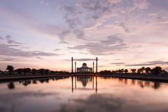 Mooie zonsondergang met silhouetmoskee Royalty-vrije Stock Afbeeldingen