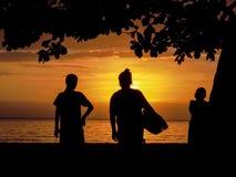 Mooie zonsondergang met twee Indonesische lokale vrouwen en intensief s stock foto's