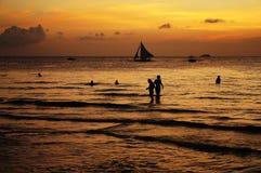Mooie Zonsondergang met varend schip Royalty-vrije Stock Foto