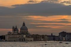 Mooie zonsondergang op Basiliekdi Santa Maria della Salute in Venetië, Italië royalty-vrije stock foto