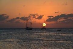 Mooie zonsondergang op Caye-Breeuwijzereiland in Belize stock afbeelding