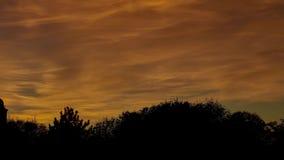 Mooie zonsondergang op de achtergrond van de Kerk stock videobeelden