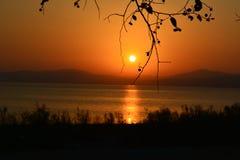 Mooie zonsondergang op de achtergrond van het meer royalty-vrije stock foto