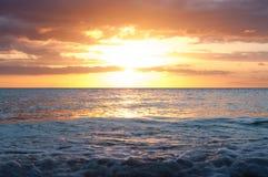 Mooie zonsondergang op de achtergrond van de Vreedzame Oceaan stock afbeelding