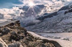 Mooie zonsondergang op de gletsjer met rifugio van de alp royalty-vrije stock afbeelding