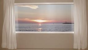 Mooie zonsondergang op de overzeese mening buiten het venster met gordijnen Achtergrondplaat, Chroma Zeer belangrijke Videoachter stock videobeelden