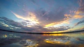 Mooie zonsondergang op de rivier van Amazonië stock footage