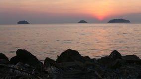 Mooie zonsondergang op de tropische kustreis stock footage