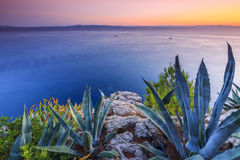 Mooie zonsondergang op een Middellandse Zee, Kroatische riviera dichtbij Ma Stock Foto