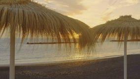 Mooie zonsondergang op een verlaten gelijk makend tropisch strand stock videobeelden