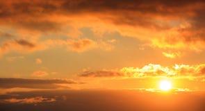 Mooie zonsondergang op hemel De gouden zon verlicht de wolken De zon is op de rechterkant Royalty-vrije Stock Afbeeldingen