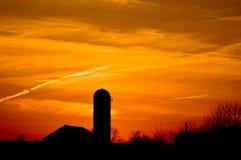 Mooie zonsondergang op het landbouwbedrijf Stock Foto
