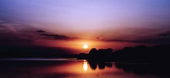 Mooie zonsondergang op het meer Stock Fotografie