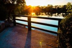 Mooie zonsondergang op het meer royalty-vrije stock afbeelding