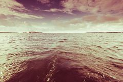 Mooie zonsondergang op het oceaanoverzees Royalty-vrije Stock Foto's