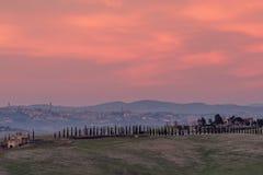 Mooie zonsondergang op het platteland met Siena op de achtergrond, Toscanië, Italië royalty-vrije stock foto's