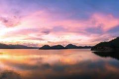 Mooie zonsondergang op het reservoirlandschap Thailand stock foto's