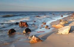 Mooie zonsondergang op het stenenstrand royalty-vrije stock foto's