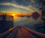 Mooie zonsondergang op het strand stock fotografie