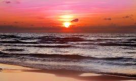 Mooie zonsondergang op het strand, de herfstweer Stock Afbeeldingen