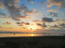 Mooie zonsondergang op het strand stock foto