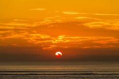 Mooie zonsondergang op het strand in eiland Koh Phangan, Thailand Royalty-vrije Stock Afbeeldingen