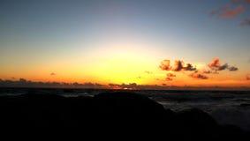 Mooie Zonsondergang op het strand met wolken royalty-vrije stock foto's