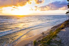 Mooie zonsondergang op Oostzee met kleurrijke bewolkte gouden hemel, royalty-vrije stock afbeeldingen