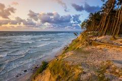 Mooie zonsondergang op Oostzee met kleurrijke bewolkte gouden hemel, stock afbeelding