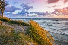 Mooie zonsondergang op Oostzee met kleurrijke bewolkte gouden hemel, royalty-vrije stock foto