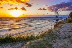 Mooie zonsondergang op Oostzee met kleurrijke bewolkte gouden hemel, royalty-vrije stock fotografie