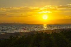 Mooie zonsondergang op strand Royalty-vrije Stock Foto's