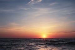 Mooie zonsondergang op zee Stock Afbeelding