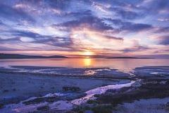 Mooie zonsondergang in Orkney met een stroom royalty-vrije stock afbeelding