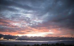 Mooie zonsondergang over bergen Royalty-vrije Stock Afbeeldingen