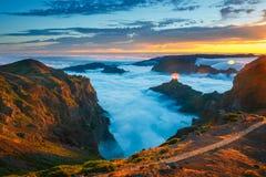 Mooie zonsondergang over de bergen, Madera Stock Afbeeldingen
