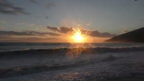 Mooie zonsondergang over de kust stock videobeelden