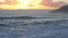 Mooie zonsondergang over de kust stock video