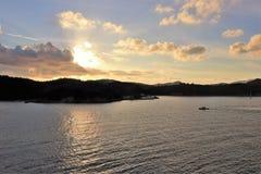 Mooie zonsondergang over de oceaan bij een tropisch Caraïbisch eiland stock fotografie