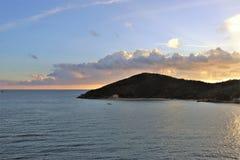Mooie zonsondergang over de oceaan bij een tropisch Caraïbisch eiland stock foto