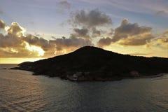 Mooie zonsondergang over de oceaan bij een tropisch Caraïbisch eiland royalty-vrije stock afbeelding