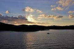Mooie zonsondergang over de oceaan bij een tropisch Caraïbisch eiland royalty-vrije stock foto's
