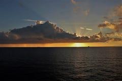 Mooie zonsondergang over de oceaan bij een tropisch Caraïbisch eiland royalty-vrije stock foto