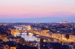 Mooie zonsondergang over de rivier Arno in Florence stock foto's