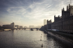 Mooie zonsondergang over de rivier Theems in Londen Stock Afbeelding