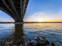 Mooie zonsondergang over de rivier van Rijn/van Rijn en oude brug in Leiding Royalty-vrije Stock Foto